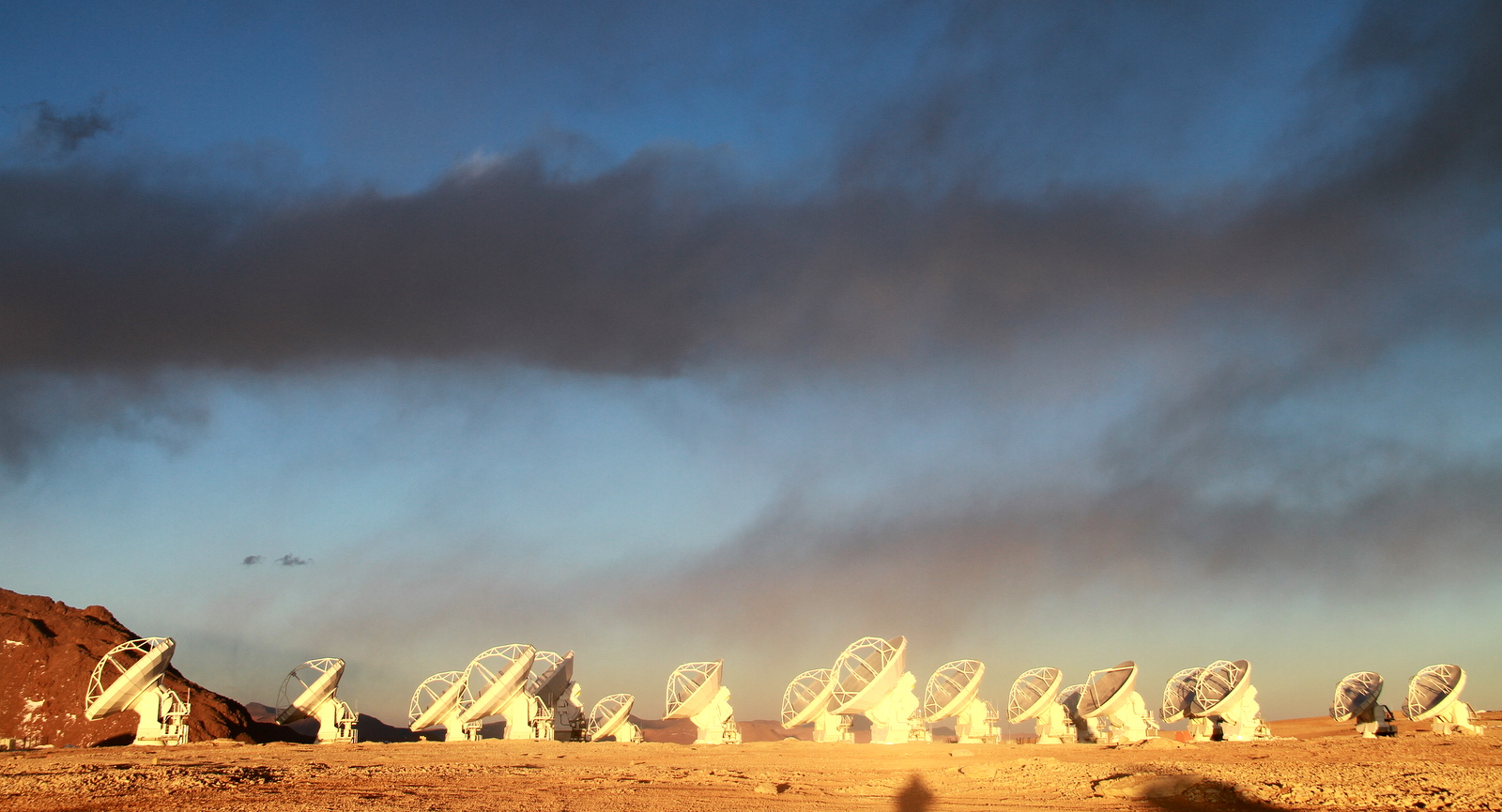ALMA Arrayphoto by Jaime Guarda 7 Aug 2011 c ESO/NAOJ/NRAO